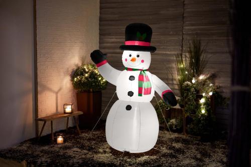 TCHIBO 98091 Auflblasbarer XXL LED-Weihnachtsmann 2 KW46 18